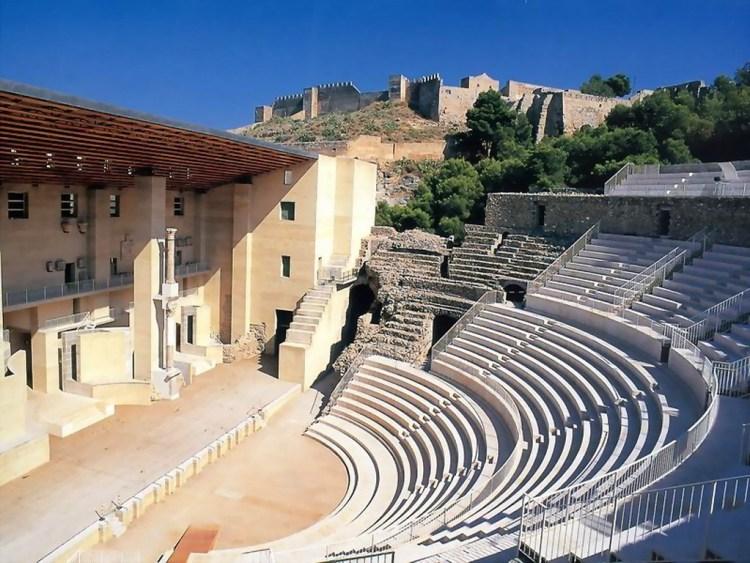 Vista del Teatro Romano y al fondo el castillo.
