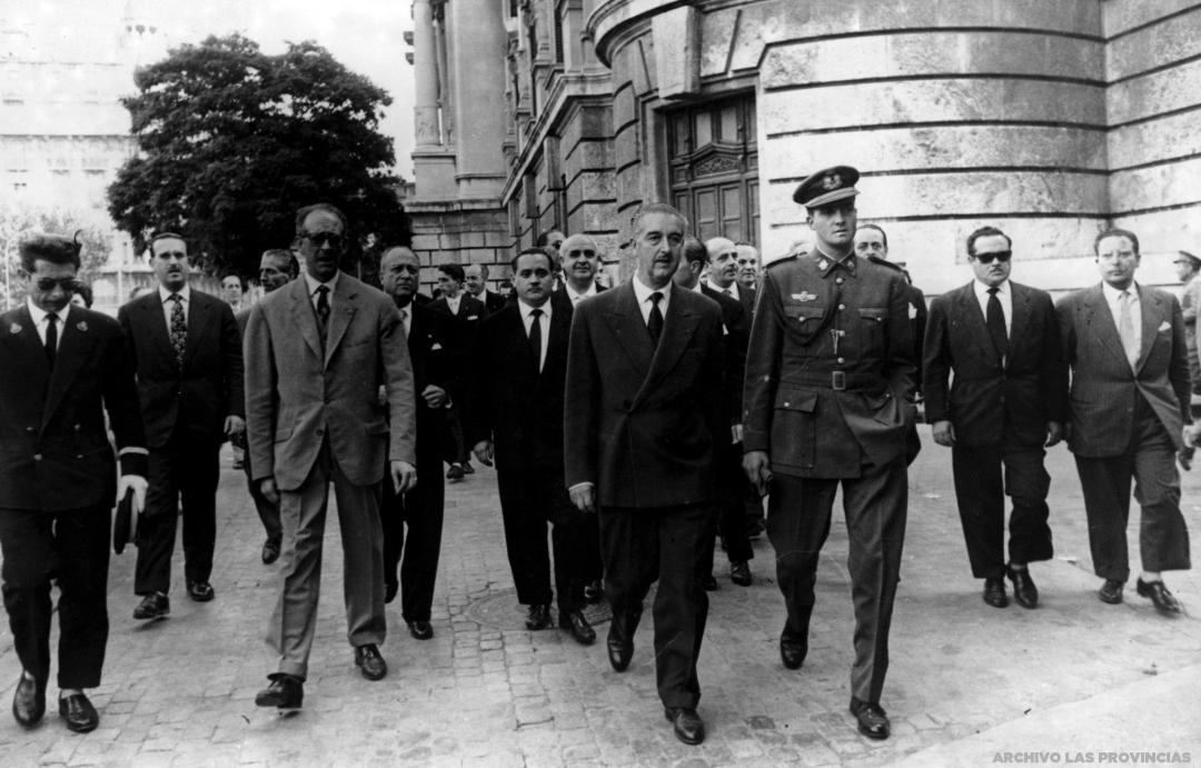 Adolfo Rincón junto al príncipe Juan Carlos de Borbón que visitó Valencia en el mes de mayo de 1959, donde destacó su visita por la XXXVII edición de la Feria Muestrario Internacional, que había sido inaugurada unos días antes por el ministro sin cartera Pedro Gual Villalbí. Fuente: Valenpedia (Las Provincias).