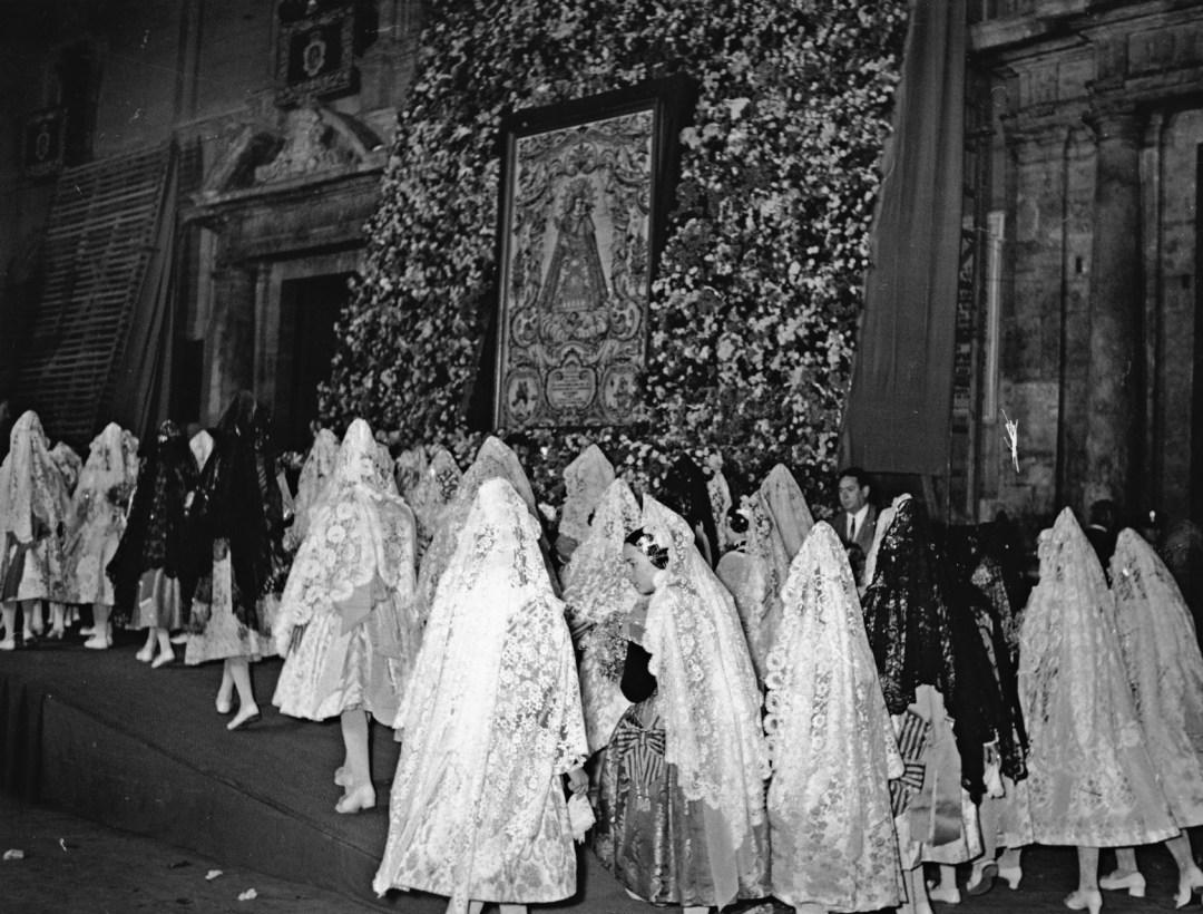 18 de Marzo de 1970 - Ofrenda fallera a la Virgen de los Desamparados. Se observa la antigua disposición de la ofrenda hasta la fecha de 1987, donde se inicia la ofrenda con el busto creado ya como la actual disposición de la fiesta. Foto: EFE