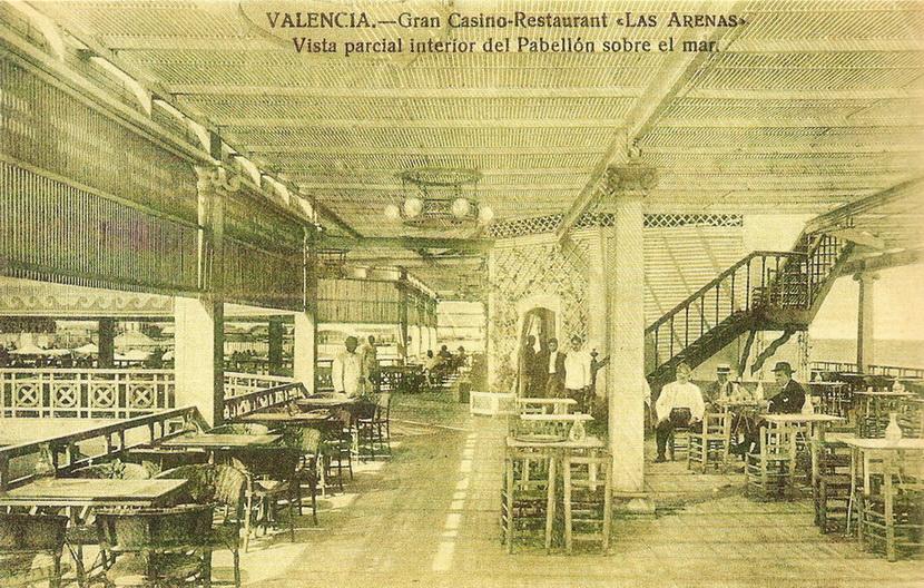 Interior del pabellón sobre el mar.