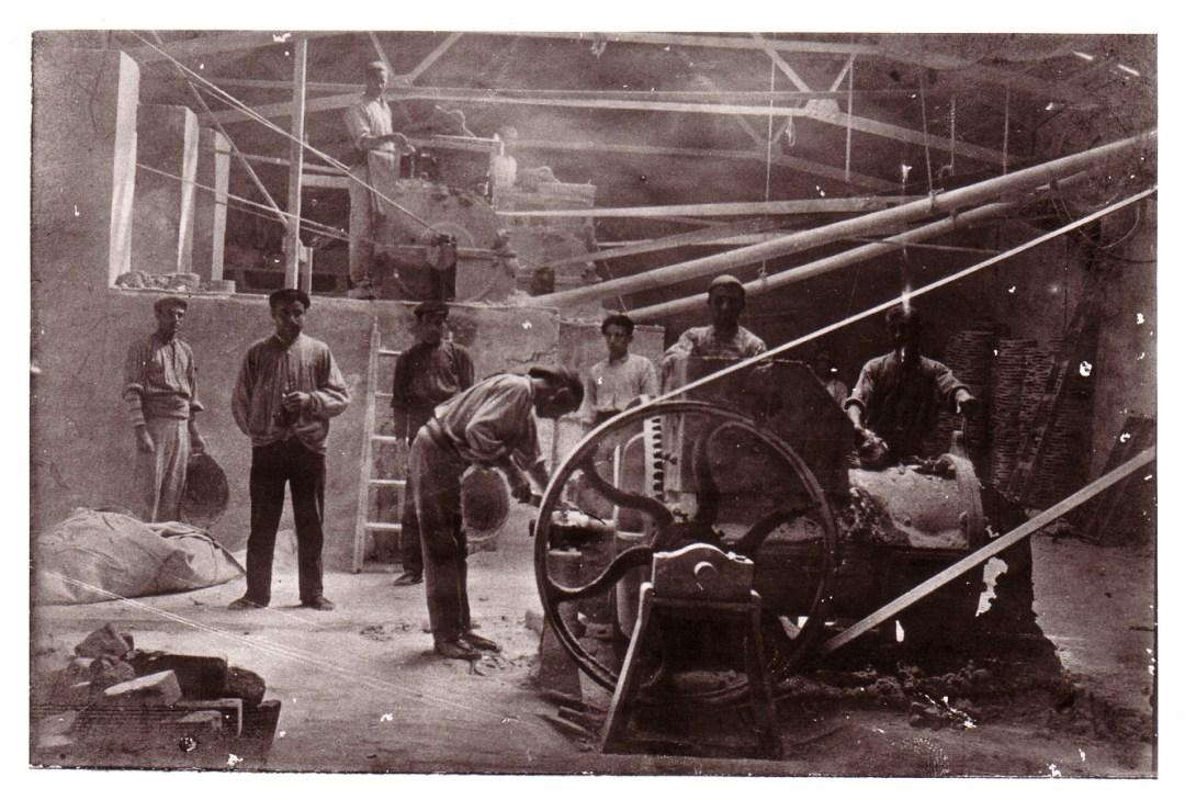 Grupo de trabajadores dentro de las instalaciones [Fuente: Ayuntamiento Meliana], del blog de araepatrimoniokids.files.wordpress.com