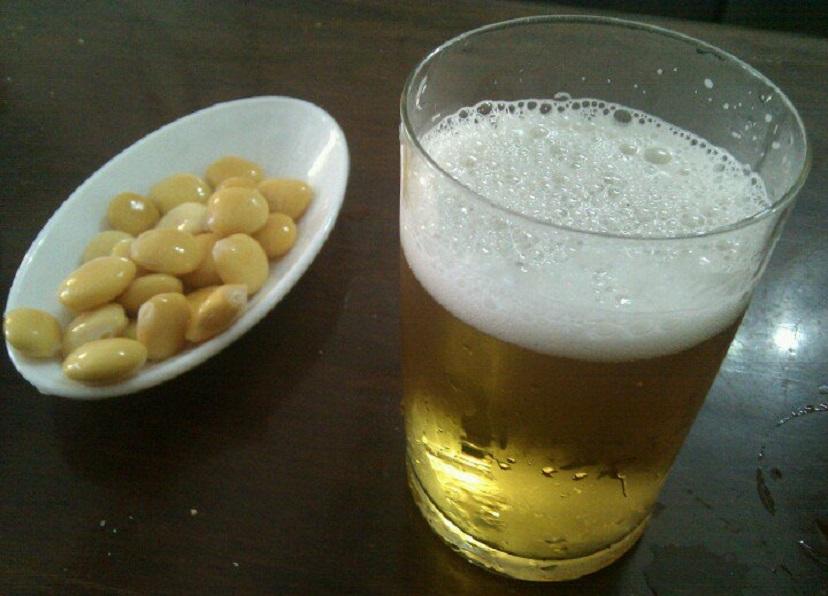 "La sana costumbre de servir ""tramussos"" (chochos) con una cervecita"