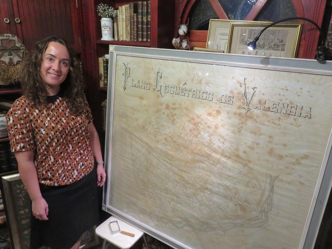Gloria Tello junto al plano en la librería anticuaria Rafael Solaz.