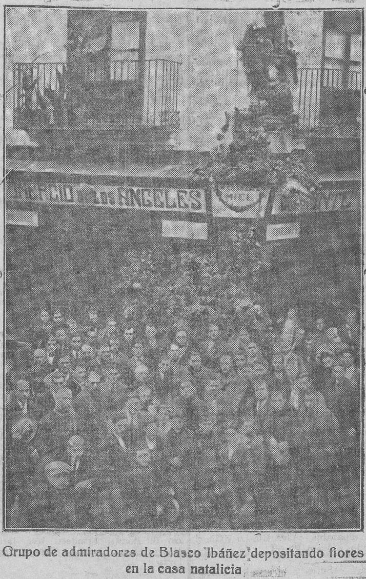 El Pueblo : diario republicano de Valencia (31/01/1928). Manifestación espontánea para homenajear a Blasco Ibáñez en Valencia, en la Casa Natalicia, entre las calles Flor de  Mayo, antes Jabonería Nueva, y Los Ángeles.