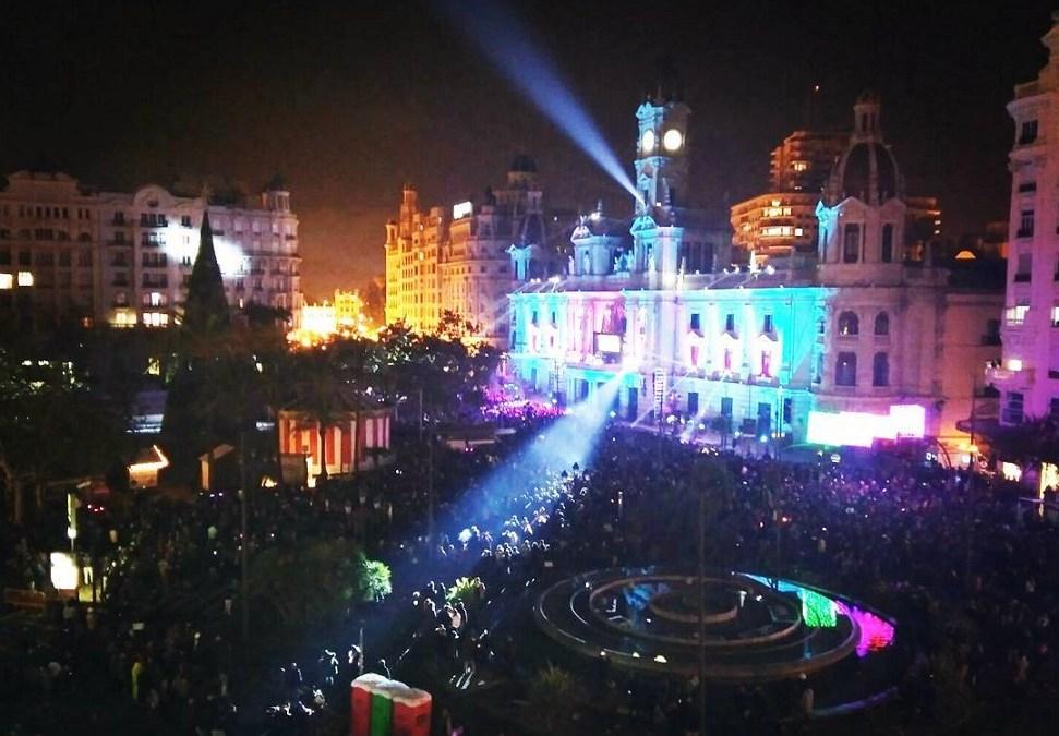 Música, luz, animación y pirotecnia en la Nochevieja de la plaza del Ayuntamiento de Valencia