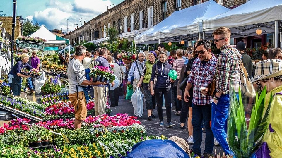 """La Marina acoge la primera """"Fira de la Primavera"""" con un gran mercado de flores flotante"""