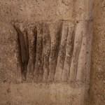 Las extrañas marcas que hay en una piedra de la puerta de la Almoina de la Catedral de Valencia