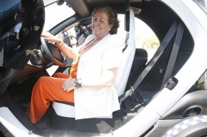 Barberá en el interior de uno de los coches eléctricos del servicio de playas/pepe sapena-ayto valencia