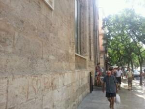 Un hombre pasa por al lado de la fachada donde se pintó el graffiti/pspv