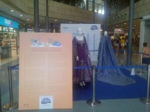 Dos trajes con un panel explicativo reciben al visitante/vlcciudad