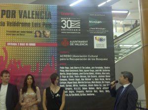 El relaciones públicas de Nuevo Centro, David Mazcuñán, mira el gigantesco cartel con el elenco de cantantes/vlcciudad