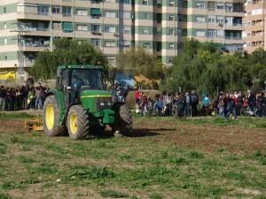 Un tractor rotura la tierra en uno de los huertos urbanos de Benimaclet/aavv