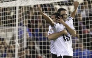 Dos jugadores del club blanco celebran uno de los goles/valencia c.f.