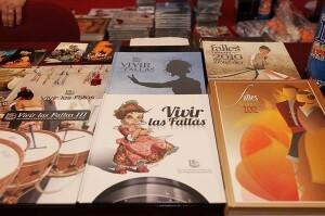 Ejemplares de Vivir las Fallas en una mesa de la I edición de la Feria de Coleccionismo Fallero/Josep V. Zaragoza