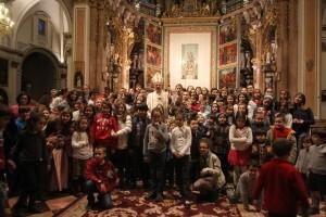 El arzobispo Carlos Osoro con un grupo de niños/j.peiró