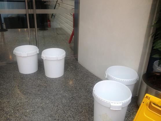 Cuatro cubos colocados en la zona interior de L´Hemisferic para recoger al agua de las goteras/eu
