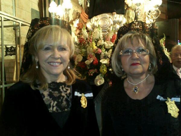 La Honorable Clavariesa de 2013, Carmen Lapuente, con la clavariesa de El Carmen en la procesión de ayer tarde/Pamen Diaz