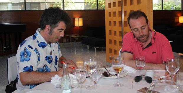 Agustín Jiménez y Antonio Molero nos firman un autógrafo. Foto: Javier Furió