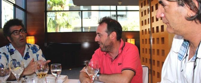 Jimmy Entraigües atiende las explicaciones de Agustín Jiménez y Antonio Molero. Foto: Javier Furió