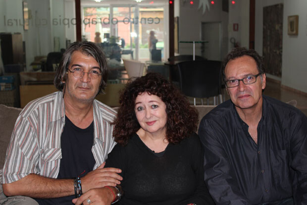 Carmen Grau, entre Jimmy Entraigües y Vicente Vercher, dueño de la sala Obrapropia