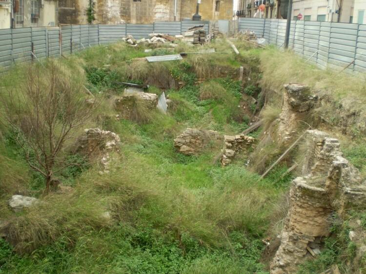 Restos romanos abandonados en el solar de la calle Salvador (1)