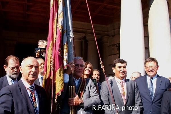 60.000 valencianos acompañaron a la Senyera en la procesión cívica.