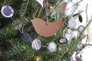 decoracion-navidena-con-materiales-reciclados-adornos-colgantes-munecos-papel-y-carton