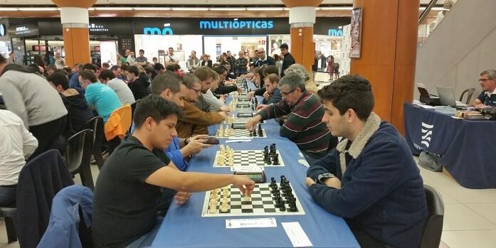 Jhoel Garcia,tercer clasificado, al comienzo de su partida contra el campeón del torneo Pablo Cruz.