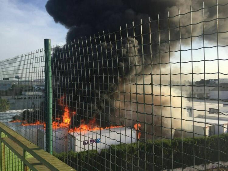 Un incendio quema cinco remolques frigoríficos en el polígono Oliveral en Riba-Rojaç (2)