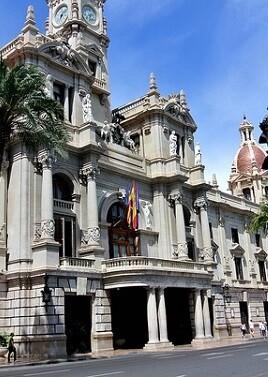 El alcalde Joan Ribó y el concejal Roberto Jaramillo recibieron a diversos miembros de la organización de esta iniciativa. (Ayuntamiento de Valencia).