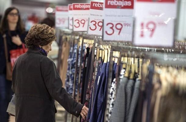 Valencia (Comunidad Valenciana), 7/01/2015. Una mujer echa un vistazo a una blusa esta mañana en unos grandes almacenes de Valencia en la primera jornada de la rebajas de invierno. EFE/Manuel Bruque