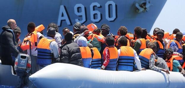 Migrantes y refugiados rescatados en el Mediterráneo, cerca de las costas de Sicilia, Italia. (Foto- OIM-Francesco Malavolta).