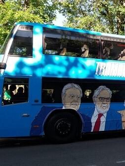 El 'trambús' decorado con las caras de diversas personalidades.