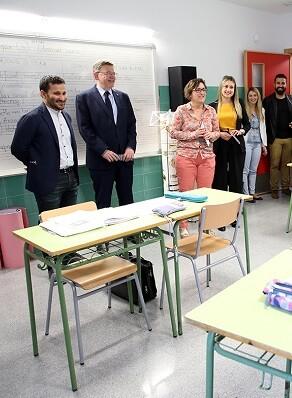 Puig durante su visita a una escuela de Vall d'Uixó.