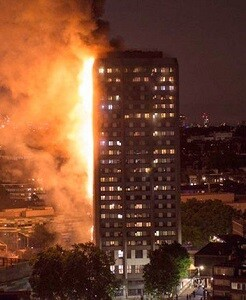 Edificio Grenfell envuelto en llamas.