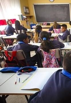 Niños y niñas en clase.