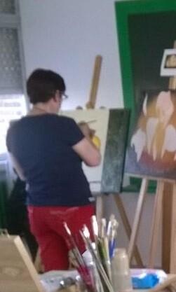 Una alumna en una clase de la Universidad Popular en un curso de pintura.