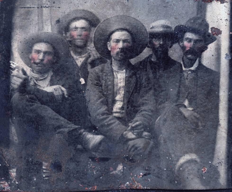Segundo desde la izquierda, en la parte de atrás, está Billy the Kid. En el extremo derecho, su verdugo, Pat Garrett (Frank Adams)