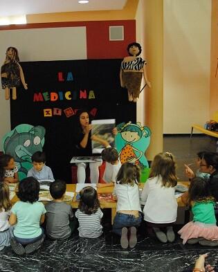 Niños y niñas participantes en las sesiones de animación lectora organizadas por el Museu de Prehistòria de València.