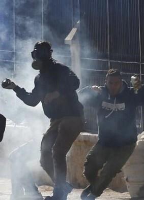 Palestinos se enfrentan al ejercito israelí.