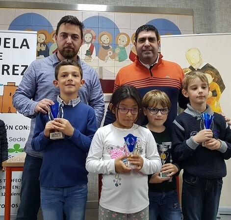 Los premiados Sub-8 junto a Román Beltrán del CA Ciutat Vella y Antonio Navarro del Colegio Calasanz.