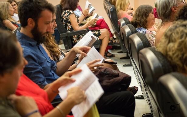 4 Los asistentes leyendo la antología.