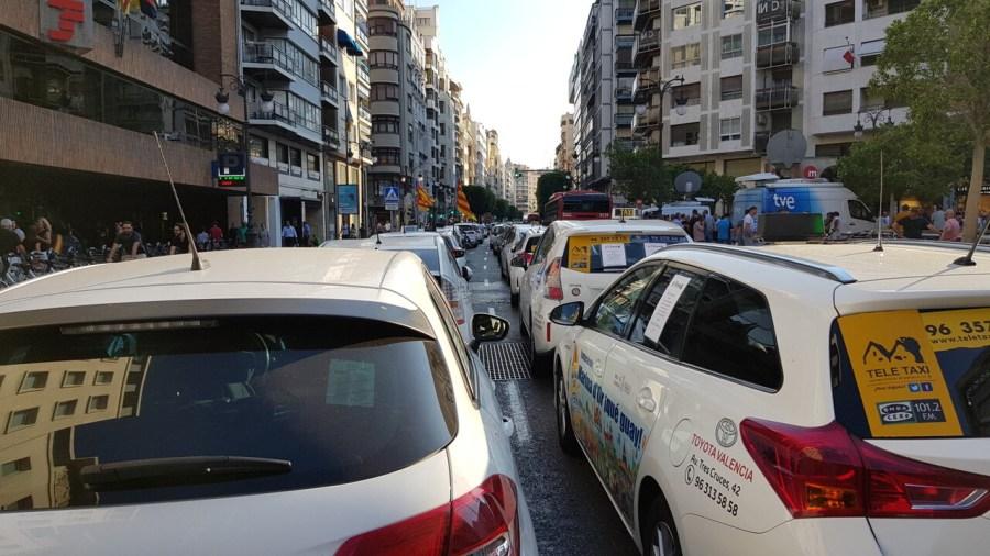 Cerrada a la circulación la calle Colón de València por la huelga de taxistas 20180730_183749(37)