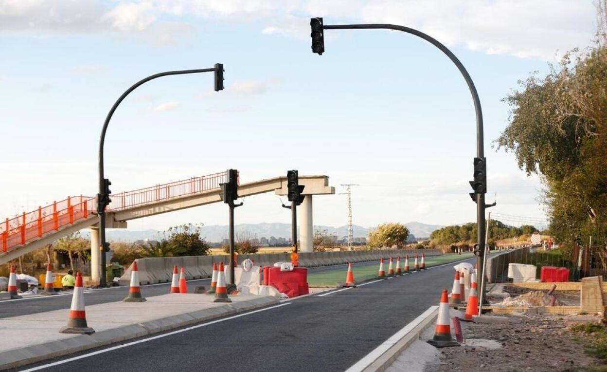 Semáforos ya listos en la autovía CV-500, a la altura de El Saler. / JUANJO MONZÓ