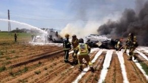 Los bomberos actúan para sofocar el incendio del aparato.