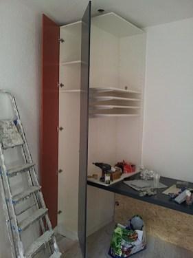 Armoire et étagère ajustée, portes sans poignées