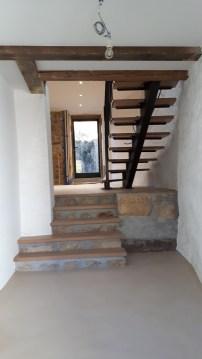 Escaler massif sur maçonnerie et escalier à limon central
