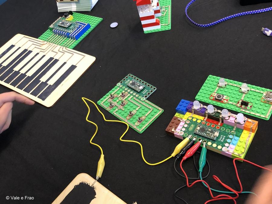 California: Maker Faire Bay Area. percorsi, circuiti stampati, tecnologia e robotica