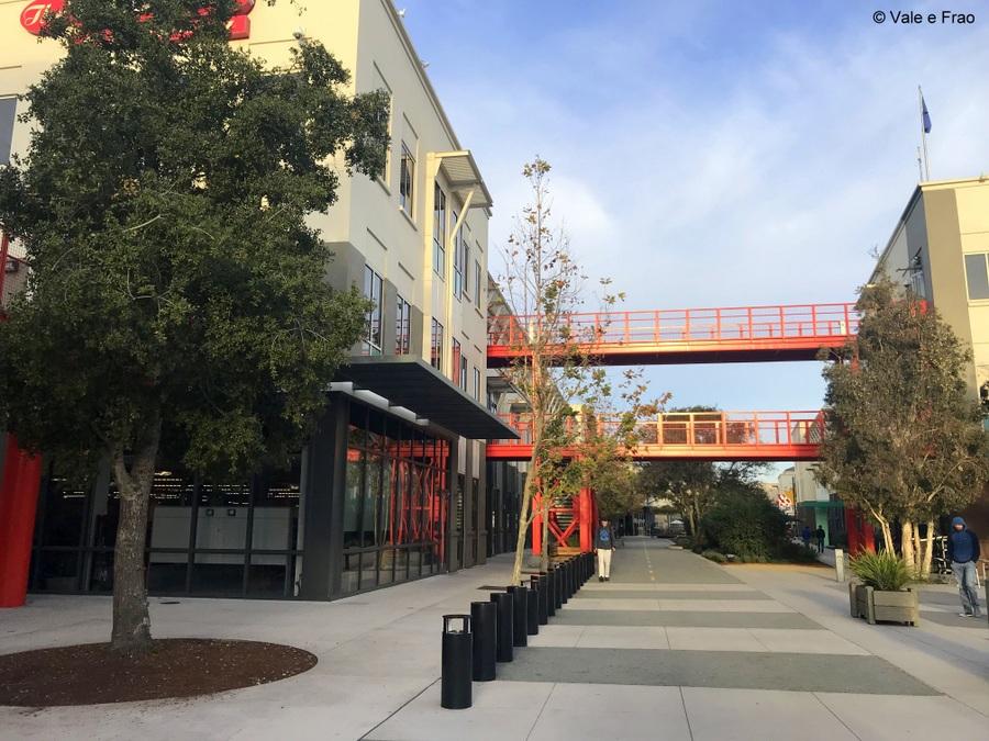 Visitare gli uffici di Facebook in California passeggiare tra gli uffici