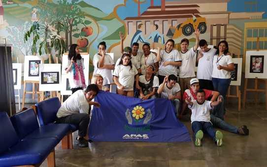 Assistidos da APAE expõem seus trabalhos no saguão da Prefeitura